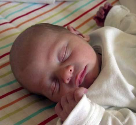 Хроническая гипоксия плода последствия для ребенка не всегда матери заметны сразу после родов. Но неонатологи (педиатры в роддоме) должны видеть самые малейшие изменения в функционировании организма крохи.